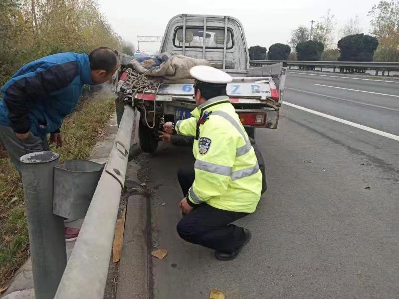 高速追尾车被卡 交警及时助脱困