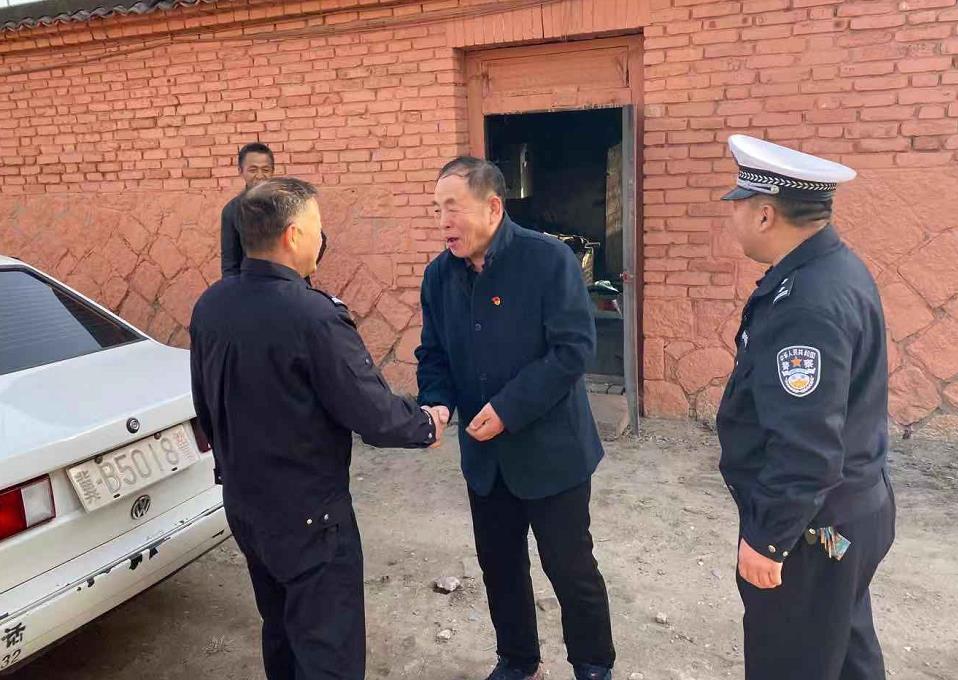 唐山:滦州交警自发捐助慰问辖区特困户