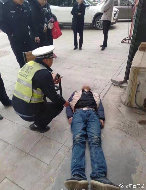 邢台:男子街头突然晕倒  交警援手将其送医