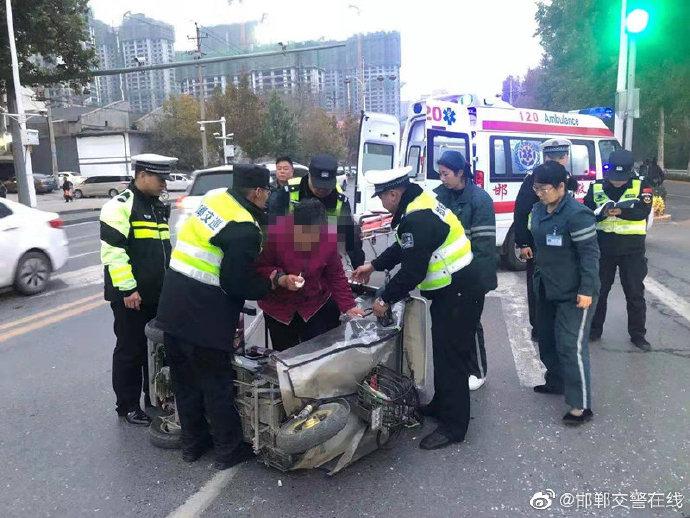 三轮车侧翻老人被困 邯郸交巡警事故现场奋力救人
