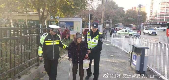 邯郸:九旬老人迷失街头  热心市民拨打110民警助其回家