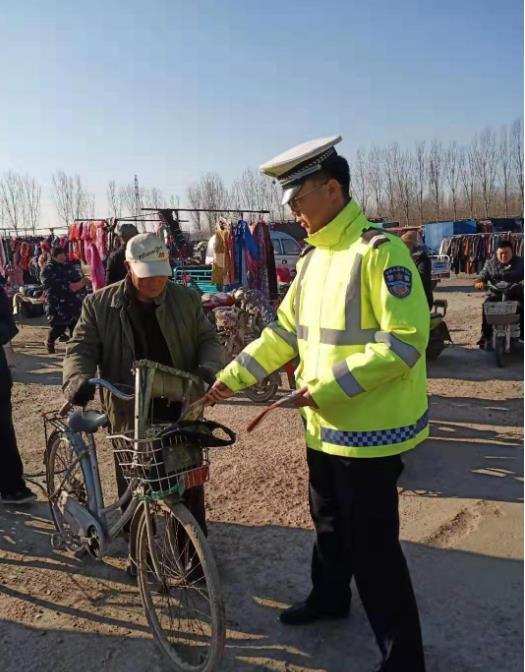 廊坊:三河交警进集市安全送给千万家