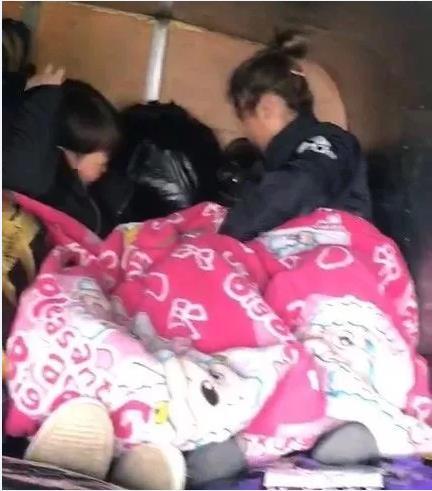 保定:她们竟睡在货物堆里!