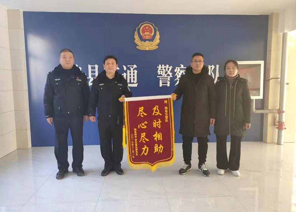 邯郸:学生赌气离校外出  交警机智助其安全回家