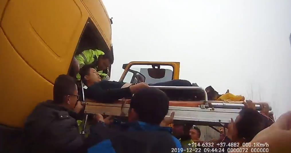 快递司机意外受伤 众人托举救助