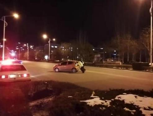 张家口:怀来大队警员寒冬夜巡帮助司机推车获赞