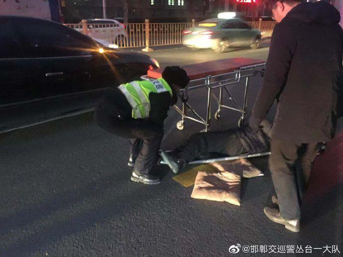老人遇事故受伤  交巡警及时救助