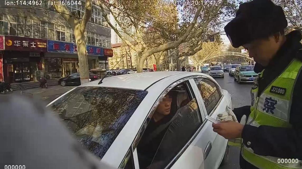 邯郸:无证开车遇警玩障眼法  民警识破伎俩依法处罚