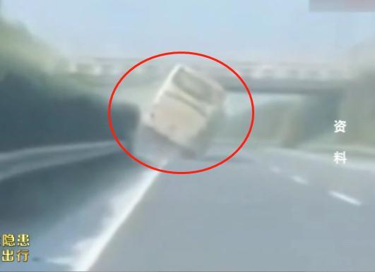 交通安全警示录一:客车爆胎引惨剧