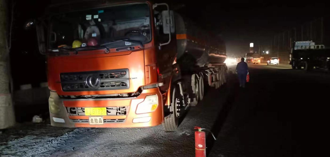 唐山:路遇危险品车着火 滦州交警危急时刻显身手