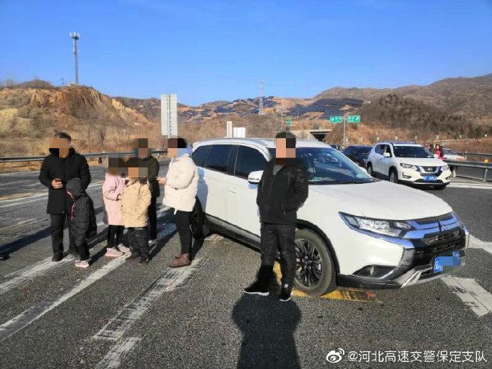 超员行驶高速路,为躲避检查后备箱藏人