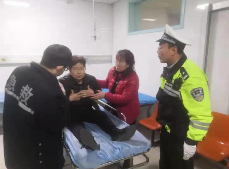 石家庄:藁城交警紧急护送外地事故伤者就医