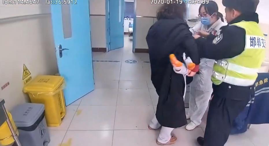 邯郸:一岁半孩子烫伤  民警辗转两院救助