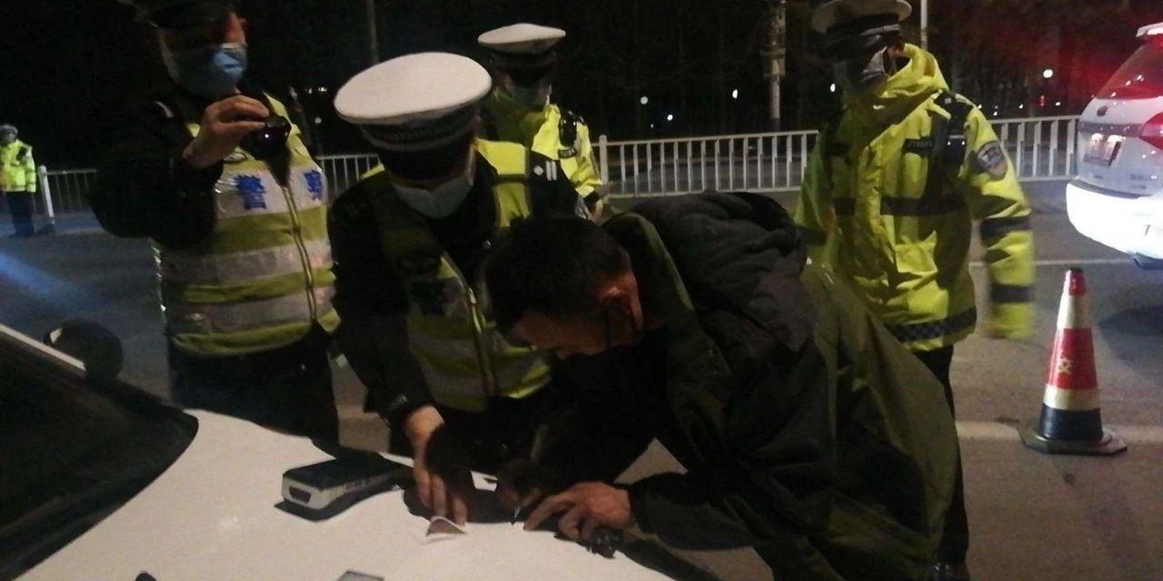 """""""喝酒不开车 开车不喝酒"""",他们是忘了,还是做给交警的?"""
