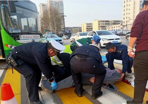 一老人不慎被撞受伤 执勤民警及时施救