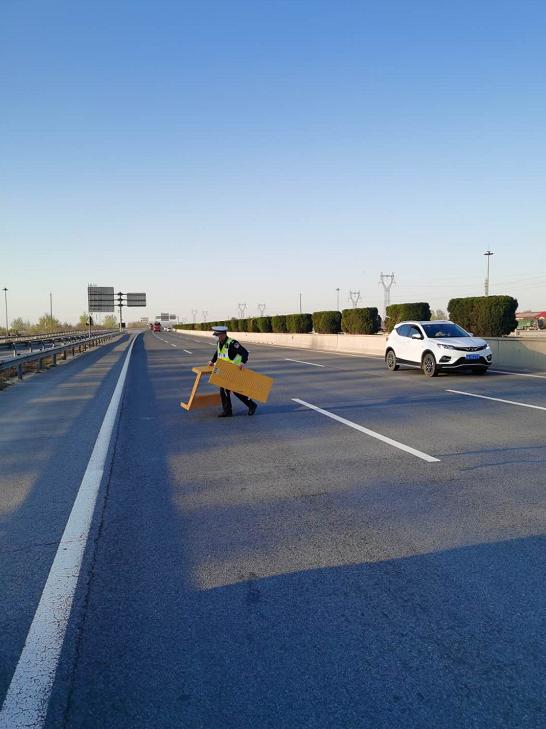 高速交警正定大队及时清理路面障碍物 保障车辆通行安全