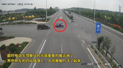 骑电动车过路口被撞飞,头盔救了她一命!