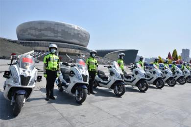 """邯郸交巡警支队开展""""一盔一带""""主题安全宣传活动"""