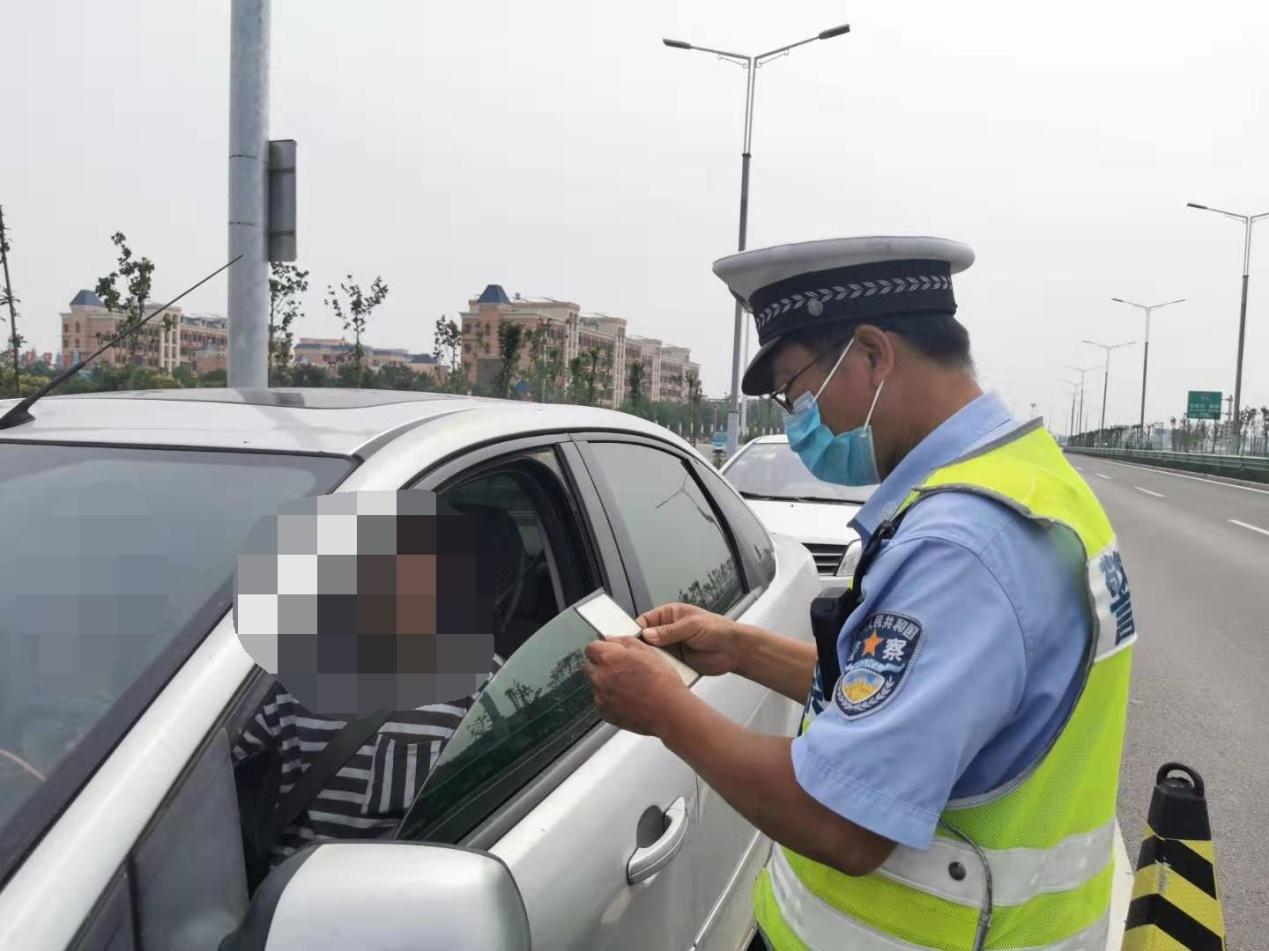 男子无证且使用伪造驾驶证被民警识破落法网
