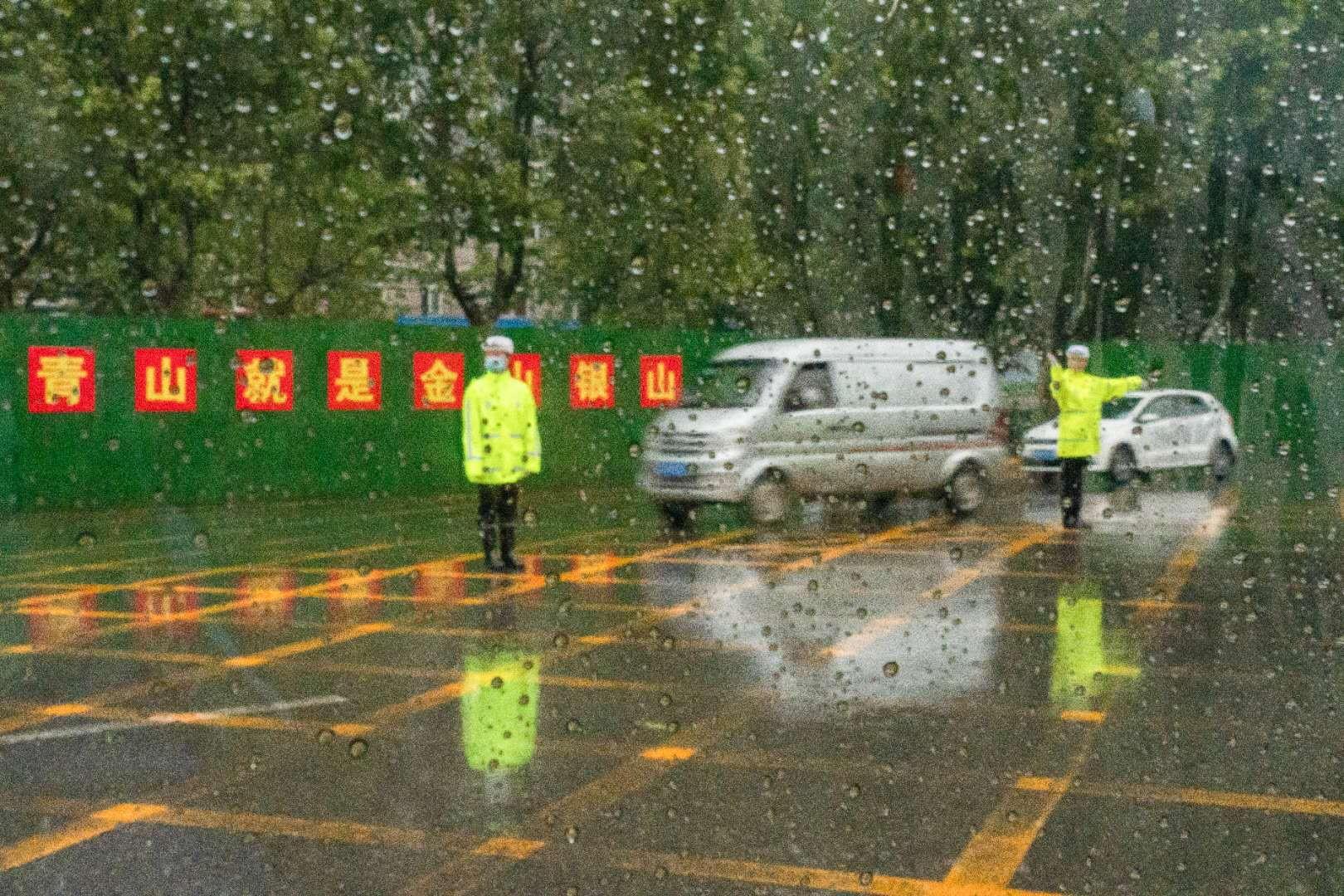 馆陶大队民警冒雨指挥疏导交通