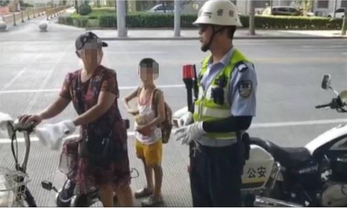 小男孩找奶奶迷路 幸亏遇到了交警