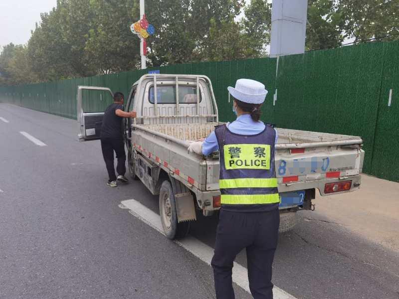 小货车抛锚路中央 馆陶交警及时伸出援手