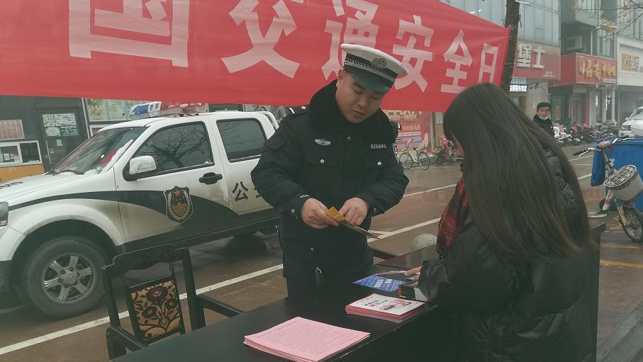 """""""知危险会避险""""馆陶交警开展""""122交通安全日""""宣传活动"""