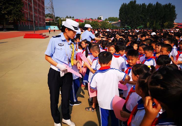 邯郸交巡警馆陶大队进校园开展交通安全宣传活动